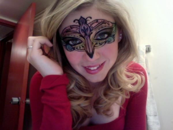 schöne-maske-für-mädchen-halloween-schminken- blondes mädchen