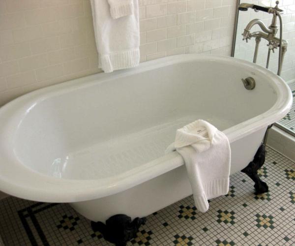schöne-weiße-badewanne im badezimmer mit weißer wandgestaltung
