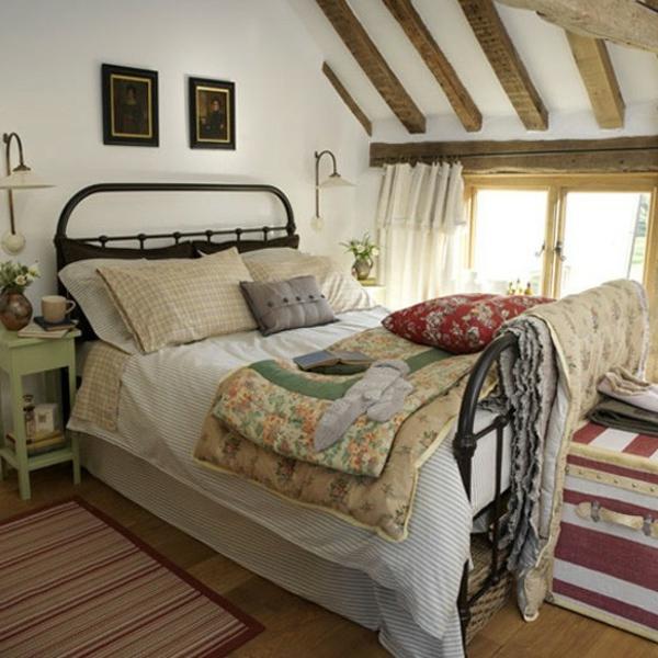 schönes-bett-im-schlafzimmer-landhausstil- viele bettwäsche