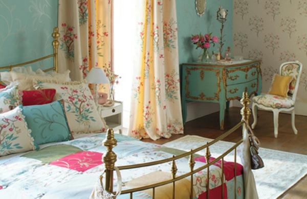 schönes-schlafzimmer-im-landhausstil - bunte möbel , gardine und bettbezüge