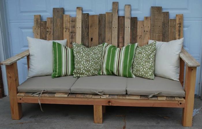 schönes-sofa-aus-europaletten-balkonmöbel-selber-bauen