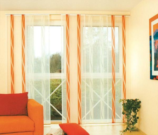 schiebevorhänge-mit-orangen-linien-im-wohnzimmer- durchsichtig