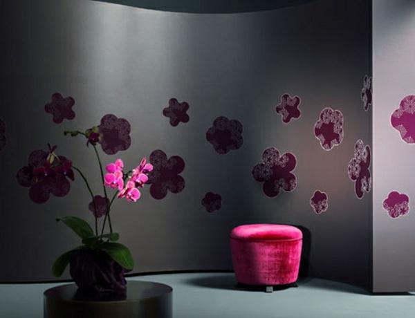 Tapeten Kombinationen Schlafzimmer : bl?mchen und schwarze hauptfarbe f?r wandgestaltung im schlafzimmer
