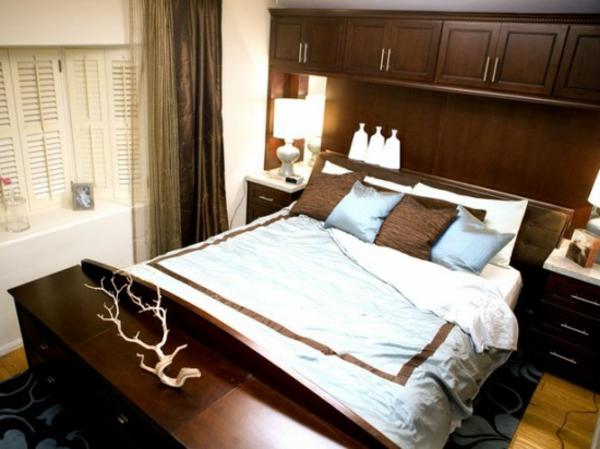 schlafzimmer-mit-interessanter-farbkombination- bett mit eleganten dekokissen