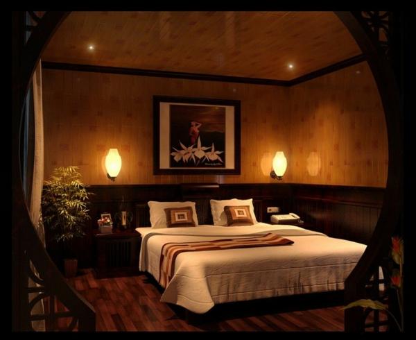 schlafzimmer-mit-warmer-wandgestaltung- schlichte beleuchtung