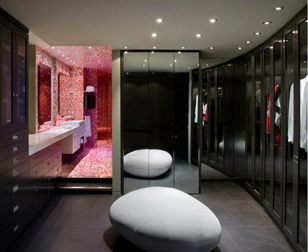 Schwarzes Ankleidezimmer   Luxus Ausstattung Mit Deckenleuchten Und  Wandspiegeln