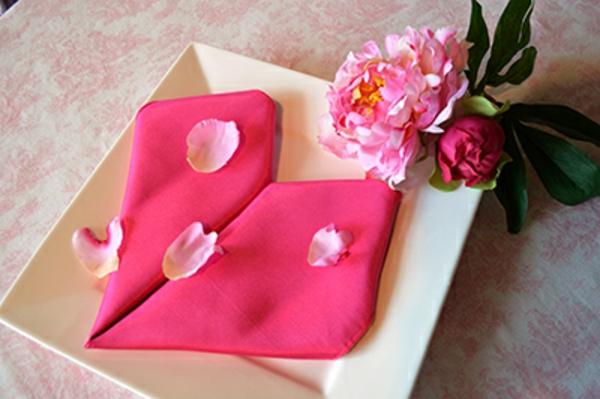 zyklamenfarbenes herz aus serviette