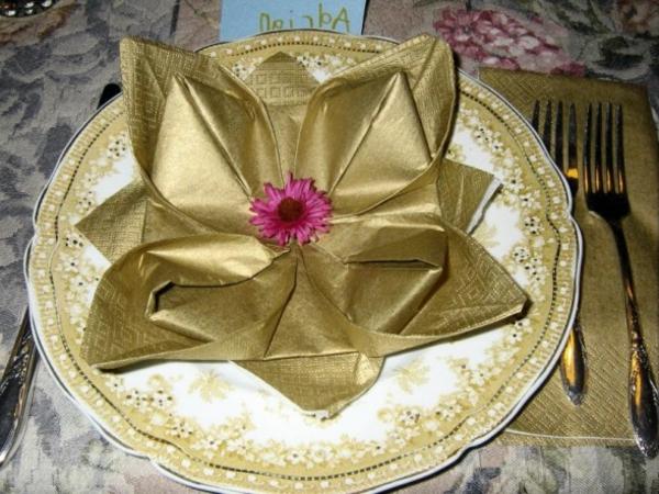 goldenfarbige blume aus Servietten - Tischdeko