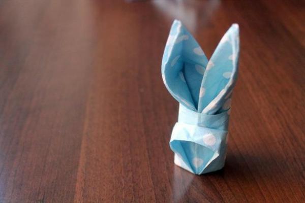 blaue farbe und weiße punkte-hasen aus servietten machen