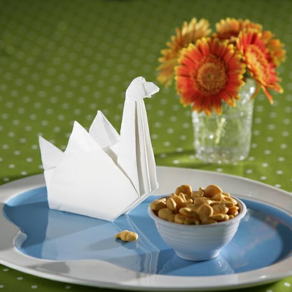 weiße serviette -schwan form - blumen