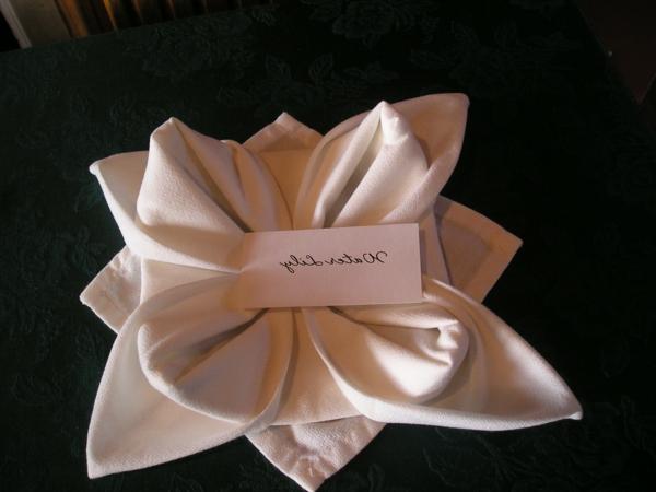 servietten-falten-zärtliche-blume- mit einem zettel
