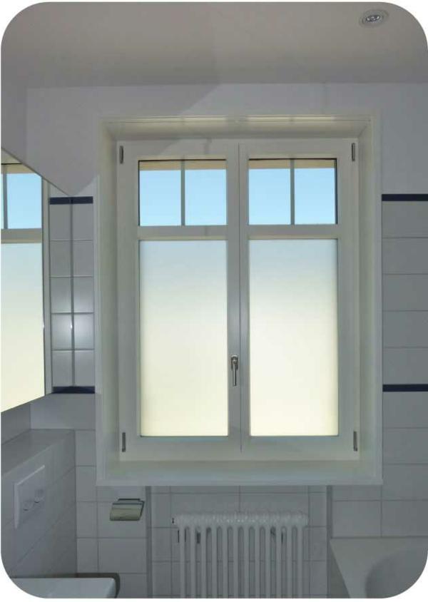 badezimmer mit einem großen spiegel und einem fenster mit ...