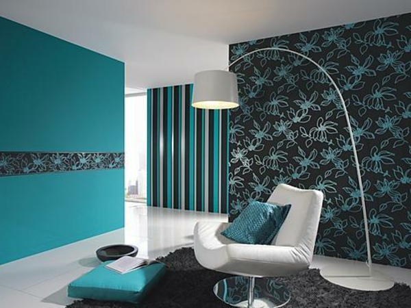 türkis-farbe-für-modernes-zimmer-design- weißes sessel mit einem blauen dekokissen und eine stehende lampe