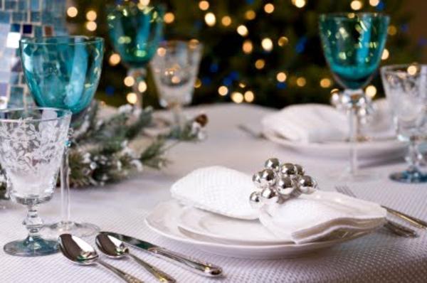 deko elemente und weiße serviette unnd gläser - türkis farbe