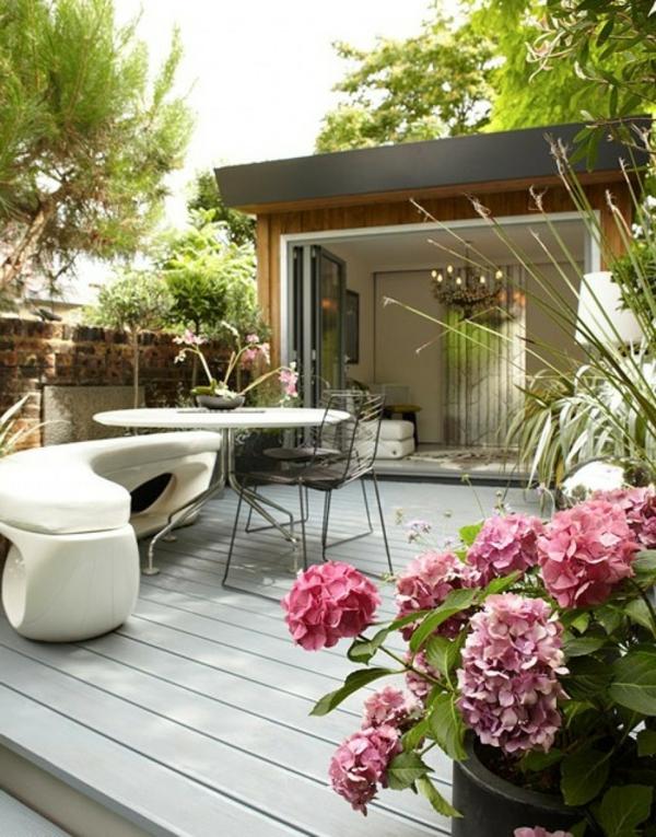 terrasse-schön-gestalten- bretter-möbel-blumen- weißer tisch