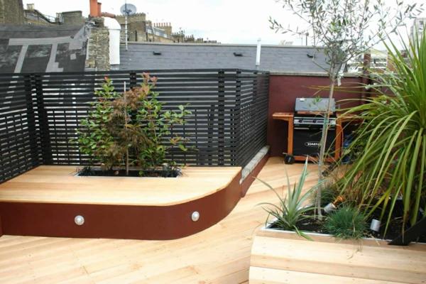 terrasse-sichtschutz-dekorative-grüne-pflanzen- bühne auf dem balkon