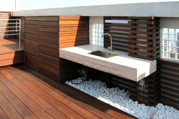terrassengestaltung-waschbecken und kleine steine als dekoration