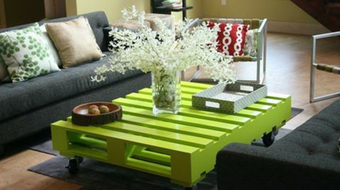 tisch-aus-paletten-grüne-farbe