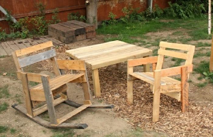 tisch-mit-stühlen-aus-paletten