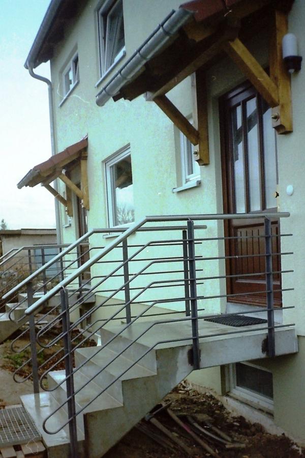 treppen-geländer- treppen - zwei eingänge