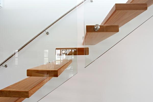 weiße wand holztreppe ainbauen - freischwebende treppen