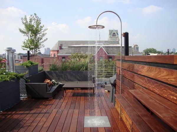 ultramoderne-terrasse-mit-einer-dusche und möbelset in dunkler farbe