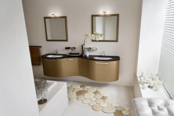 ultramodernes-ausstattung-vom-badezimmer mit zwei spiegeln mit goldenen rahmen