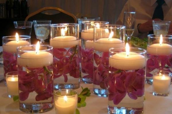 rosige blumen blättern im wasser in gläsern als kerzenhalter - wunderschöne kerzen dekoration