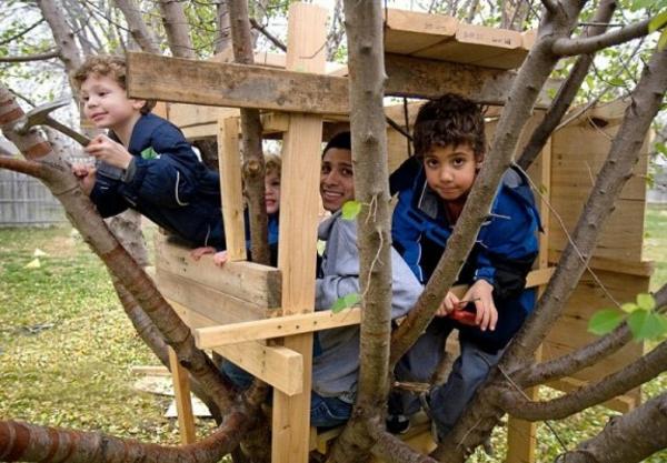 viele-kinder-im-baumhaus-spielen - kleine baumzweige