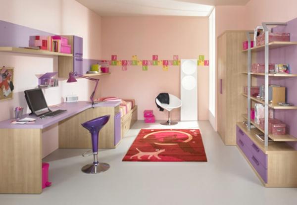 schreibtisch mit computer und lila möbel im kindezimmer