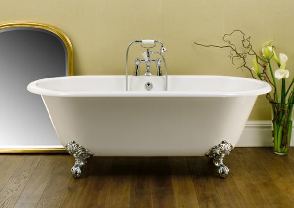 weiße-badewanne-freistehend - und ein spiegel an der wand