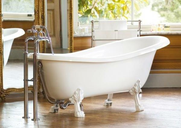 weiße-badewanne-im-großen-badezimmer - interessantes design