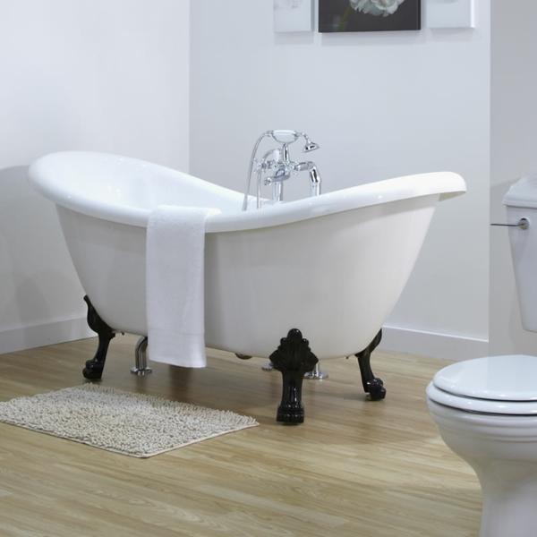 weiße-badewanne-mit-einem-tuch - schwarze beine