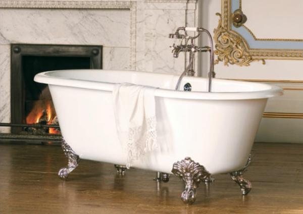weiße-badewanne-weißes-tuch- mit einem kamin aus marmor