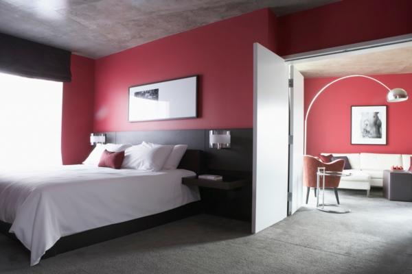 weiße-bettwäsche-dunkel-rote-wand-im-schlafzimmer- moderne gestaltung