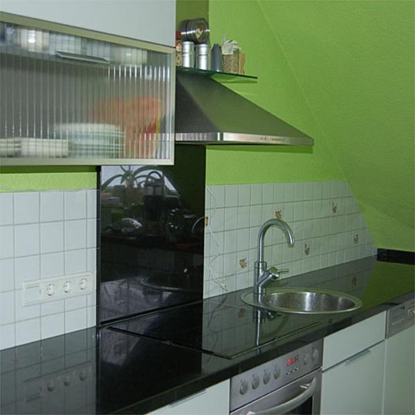 weiße-fliesen-grüne-wand-in-der-küche-moderner fliesenlack