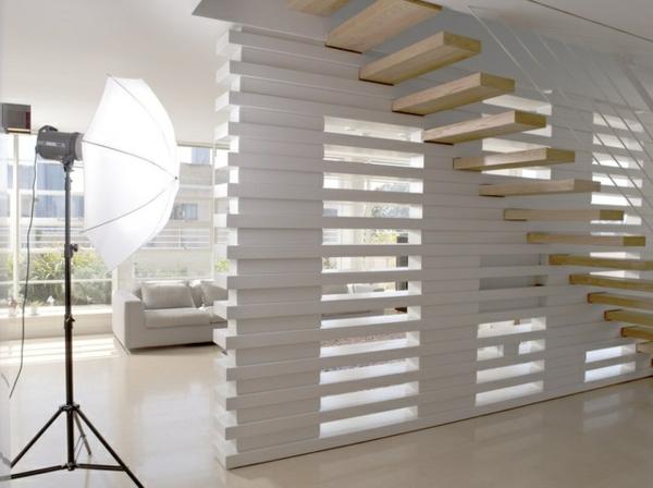 freischwebende holztreppe im studio mit extravaganter wandgestaltung