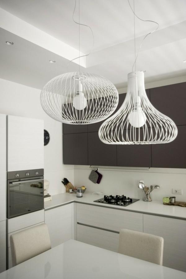 weiße-küche-mit-moderner-gestaltung-extravagante-kronleuchter