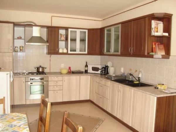weiße-küche-schön-gestalten- braune schränke