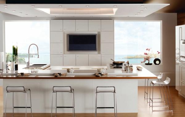 weiße-küche mit barstühlen