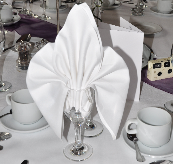 weiße-serviette-klassisch - mit gläsern
