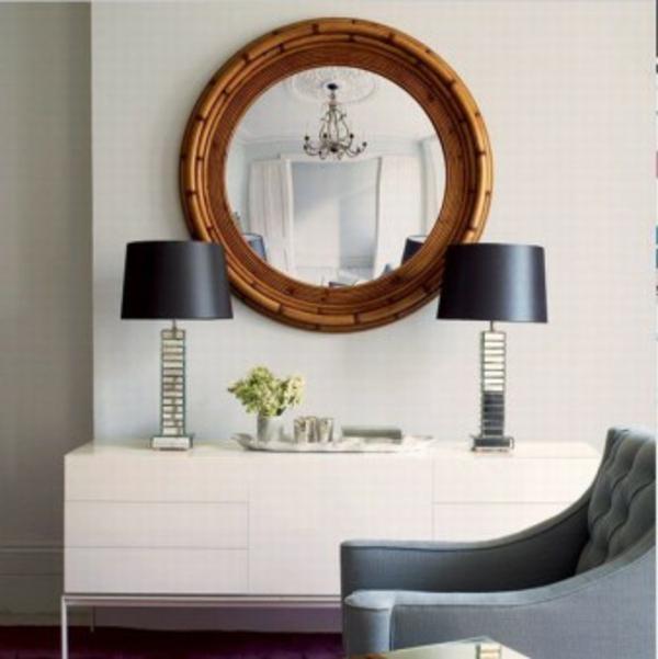 weißer-flur-mit-braunem-spiegelrahmen- schwarze lampen
