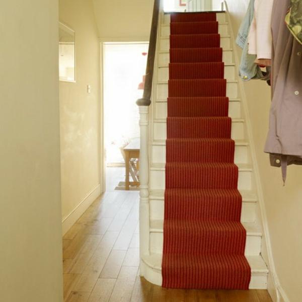 weißer-flur-mit-treppen-und-einem-roten-teppich- gute farbkombination