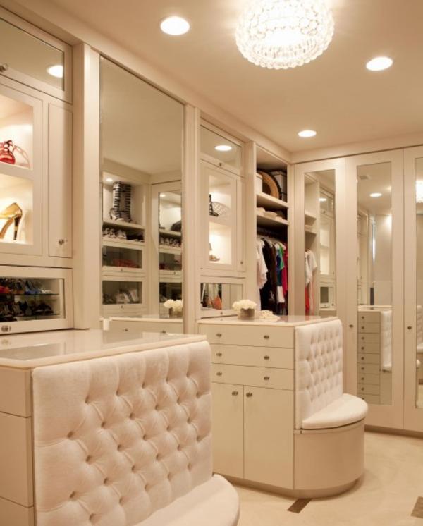 weißes-amkleidezimmer - deckenleuchten und spiegel