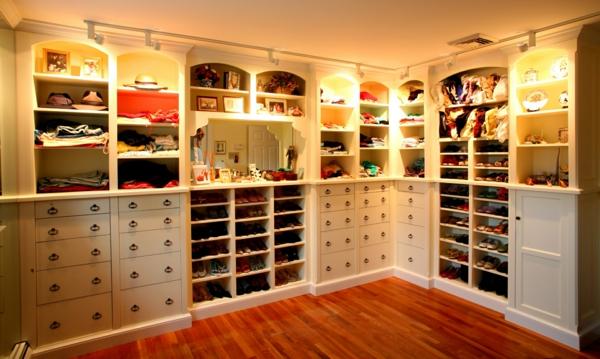 weißes-ankleidezimmer-mit-vielen-schubladen - super praktisch