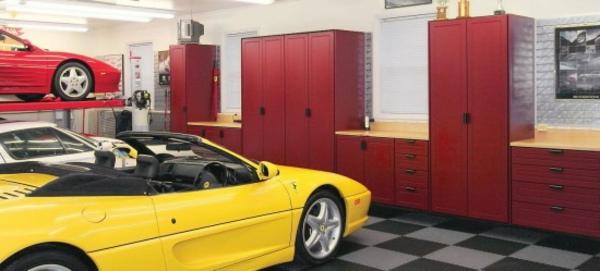 weißes-auto-in-einer-modernen-garage
