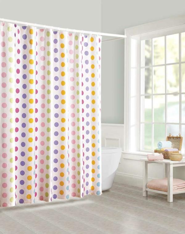 weißes-badezimmer-bunte-punkte- extravagante gardinen ideen