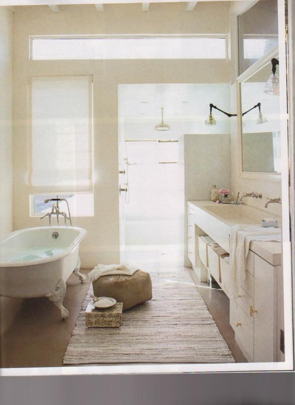 weißes-badezimmer-mit-badewanne - kleines teppich