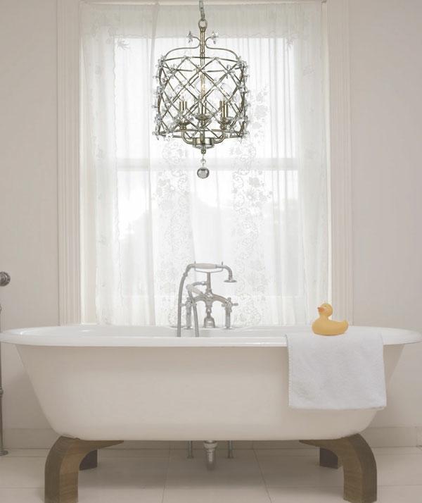 weißes-badezimmer-mit-einer-freistehenden-badewanne-und-einem-kristalleuchter