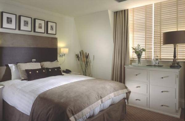 weißes-schlafzimmer-graue-nuance- bilder an der wand